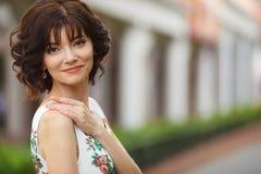 Portretvrouw op de straat tijdens de zomer Royalty-vrije Stock Afbeeldingen