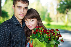 Portretów kochanków piękni potomstwa dobierają się z bukietem czerwień ros Obraz Royalty Free