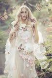 Portrhe ung dam bland flygfjärilarna royaltyfria bilder