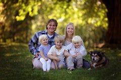 Portriat людей счастливой семьи из пяти человек кавказских и их любимчика стоковые изображения