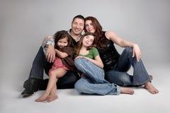 Portriat des enfants de mêmes parents et de leurs parents sur le CCB gris Image libre de droits