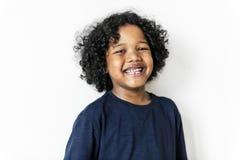 Portriat di giovane ragazzo nero allegro Immagine Stock