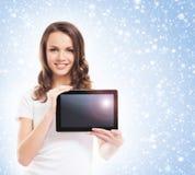 Portrit de una mujer joven que sostiene una tableta Imagenes de archivo