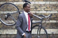 Porträt Afroamerikanergeschäftsmann transportierenden Fahrrades Lizenzfreies Stockbild