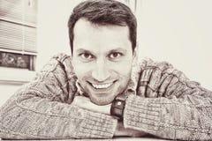 Porträt auf einem netten schauenden Mann mit einem toothy Lächeln Stockbilder