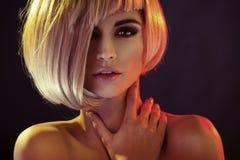 Porträt der anziehenden Frau mit modischer Frisur Stockbild