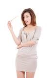 Porträt der überraschten jungen Frau, die das Glastragen dres hält Stockfotografie