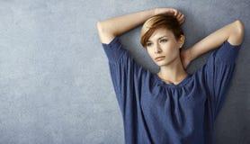 Porträt der durchdachten jungen Frau Stockbild