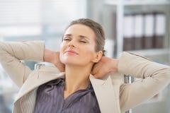 Porträt der entspannten Geschäftsfrau im Büro Stockbilder