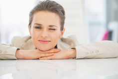 Porträt der entspannten Geschäftsfrau im Büro Stockfotografie
