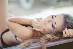 Porträt der Frau ein Sonnenbad nehmend im Bikini am tropischen Reiseerholungsort Lizenzfreies Stockbild