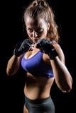 Porträt der Frau mit kämpfender Position Stockfoto
