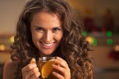 Porträt der glücklichen jungen Frau mit Schale Ingwertee Stockbilder
