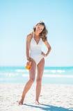 Porträt der glücklichen jungen Frau mit sunblock Creme Lizenzfreies Stockfoto