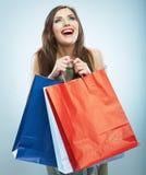 Porträt der glücklichen lächelnden Frauengriffeinkaufstasche. Weiblicher Modus Stockbild