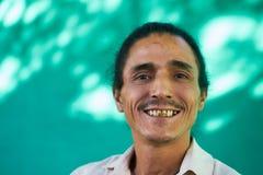 Porträt der glücklichen Menschen des Latino-Mannes mit dem Spitzbart-Lachen Stockfoto