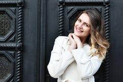 Porträt der glücklichen netten schönen jungen Frau, draußen Stockbilder