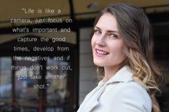 Porträt der glücklichen netten schönen jungen Frau, draußen Lizenzfreie Stockfotografie