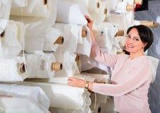 Porträt der glücklichen reifen Frau mit Stoff rollt Stockbilder