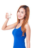 Porträt der glücklichen Trinkmilch der jungen Frau Stockbild