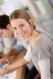 Porträt der jungen blonden Frau in der Klasse Lizenzfreie Stockfotografie