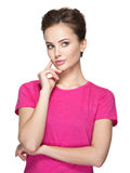 Porträt der jungen denkenden Frau mit irgendeinem Problem Lizenzfreies Stockfoto