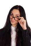 Porträt der jungen Frau schauend über Gläsern Stockfotografie