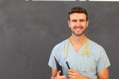Porträt der jungen männlichen Krankenschwester scheuert herein das Lächeln Stockfoto