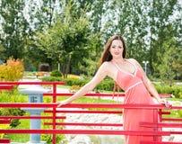 Porträt der jungen schönen lächelnden Frau mit dem langen Haar draußen Stockbilder