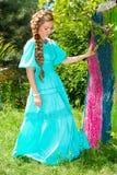 Porträt der jungen schönen lächelnden Frau mit dem langen Haar und im Freien Stockfoto