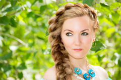 Porträt der jungen schönen lächelnden Frau mit dem langen Haar und im Freien Stockbild