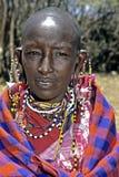 Porträt der Masaifrau und des bunten Perlenschmucks Stockbild