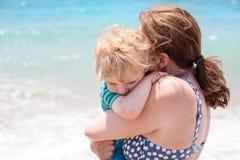 Porträt der Mutter und ihres kleinen Sohns auf dem Strand Lizenzfreies Stockfoto