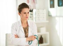 Porträt der nachdenklichen Ärztin im Büro Stockfoto