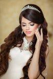 Porträt der schönen Brunettebraut mit dem langen Anreden des gewellten Haares Lizenzfreies Stockbild