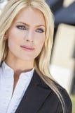 Porträt der schönen jungen blonden Frau mit blauen Augen Lizenzfreie Stockfotografie