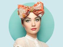 Porträt der schönen jungen Frau mit Bogen Lizenzfreie Stockfotos