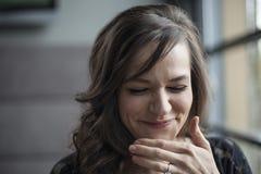 Porträt der schönen jungen Frau mit dem Brown-Haar-Lachen Stockfotos