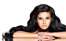 Porträt der schönen jungen Frau mit dem schwarzen Haar Lizenzfreie Stockfotos