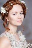 Porträt der schönen rothaarigen Braut Sie lässt eine perfekte blasse Haut mit empfindlichem erröten Weiße Blumen in ihrem Haar Lizenzfreies Stockfoto