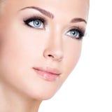 Porträt der schönen weißen Frau mit den langen falschen Wimpern Stockbilder