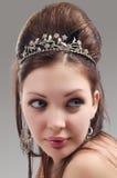 Porträt der sexy und sinnlichen kaukasischen jungen Frau mit Krone Stockbild