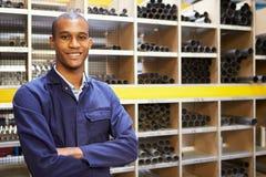 Porträt der Technik-Arbeitskraft im Vorratsraum Stockbild