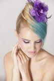 Porträt der weiblichen Frau mit blondem und blauem ombre Haar und purpurrotem Make-up Stockfotos