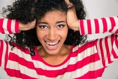 Porträt des afroen-amerikanisch Frauenschreiens Stockbild
