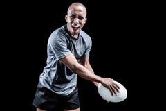 Porträt des aggressiven Sportlers Rugby spielend Stockbild