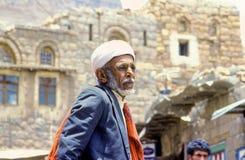 Porträt des alten älteren Mannes mit dem typischen yemenite Kleid Stockbild