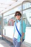 Porträt des überzeugten Mannes wartend an der Bushaltestelle Stockbild