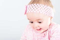 Porträt des einjährigen Babys, das von ihrer Entdeckung überrascht wird Stockfotografie