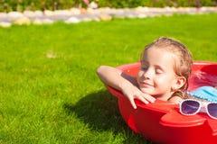 Porträt des entspannenden entzückenden Genießens des kleinen Mädchens Lizenzfreie Stockbilder